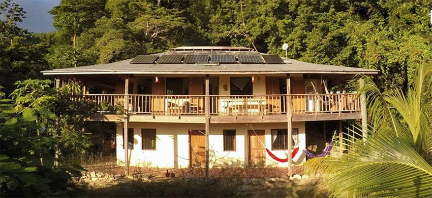 Roalnd's Guesthouse Guanaja with 2 storeys and set in the lush jungle with